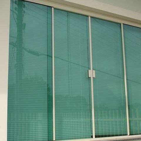 janela de vidro verde